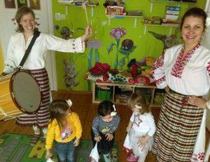Народни танци – майки с бебета